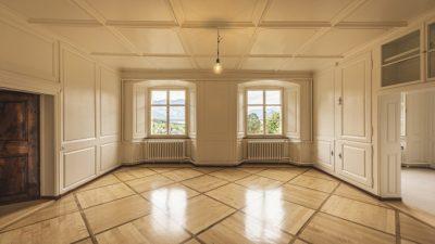(Видео) 20 лет женщина добросовестно убирала элитные апартаменты. В благодарность жители дома преподнесли ей роскошный подарок