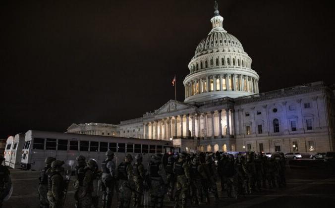 Капитолий США, рядом с которым находятся сотрудники правоохранительных органов на улице, Вашингтон, 6 января 2021 года. Samuel Corum/Getty Images   Epoch Times Россия
