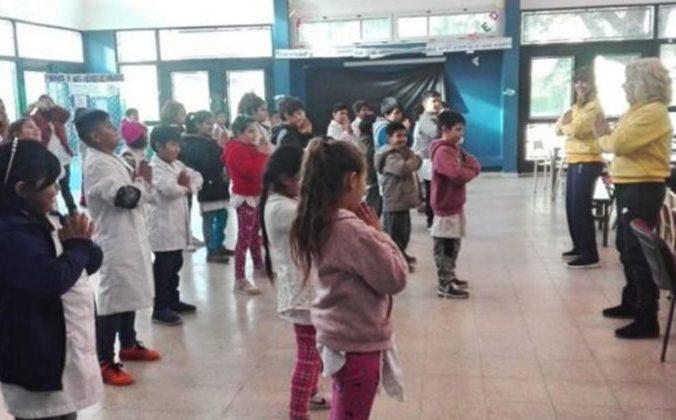 Учащиеся начальной школы в Солано, Буэнос-Айрес, изучают упражнения Фалунь Дафа. 13 июля 2018 г. Фото: Minghui | Epoch Times Россия