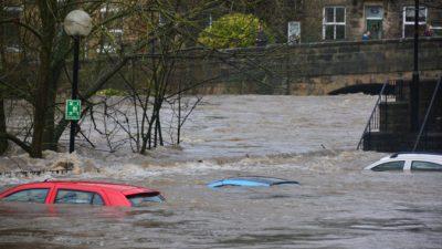 Никто не догадывался, что в затонувшей машине оставались люди. Их спасли экстренные службы и рождественское чудо!