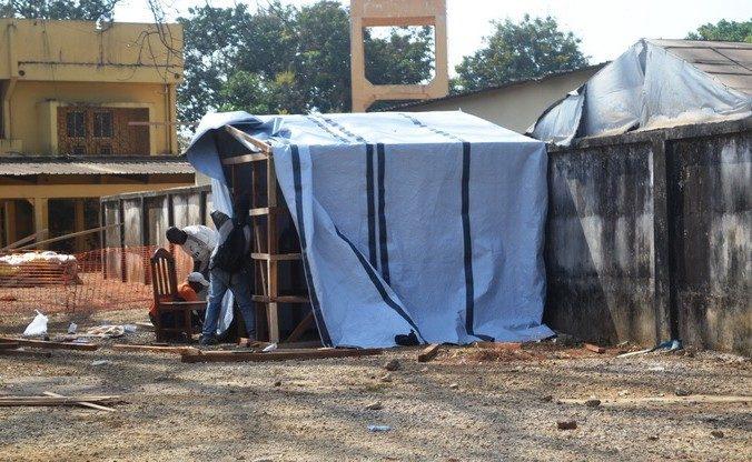 Палатка для изоляции пациентов с подозрением на лихорадку Эбола, Гвинея, 29 марта 2014 года. Фото: CELLOU BINANI/AFP/Getty Images   Epoch Times Россия