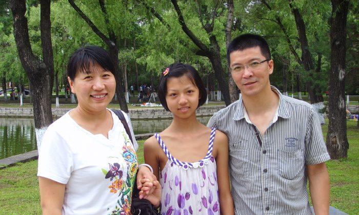 Хан Вэй (справа), его жена Лу Шию (слева) и их дочь в парке в Даляне, столице провинции Хэйлунцзян, 28 июля 2012 года. Хан был недавно похищен полицией в его офисе. (Любезно предоставлено Лу Шию)   Epoch Times Россия
