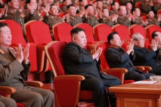 Северокорейский лидер Ким Чен-Ын (в центре) в Пхеньяне, 22 февраля 2017 года. Фото: STR/AFP/Getty Images | Epoch Times Россия