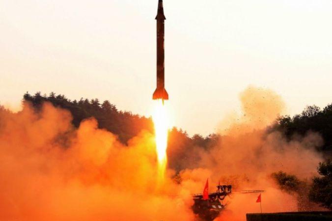 Запуск баллистической ракеты в неизвестном месте в Северной Корее. Недатированный снимок, опубликованный официальным информационным агентством Северной Кореи 30 мая 2017 года. Фото: STR/AFP/Getty Images   Epoch Times Россия