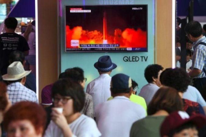 Люди смотрят телевизионный репортаж о последнем запуске межконтинентальной баллистической ракеты Северной Кореи. Сеул, 29 июля 2017 года. Фото: JUNG YEON-JE/AFP/Getty Images | Epoch Times Россия