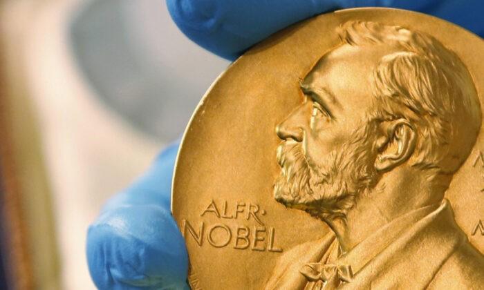 Сотрудник национальной библиотеки показывает золотую медаль Нобелевской премии 17 апреля 2015 г. (Фернандо Вергара / AP Photo) | Epoch Times Россия