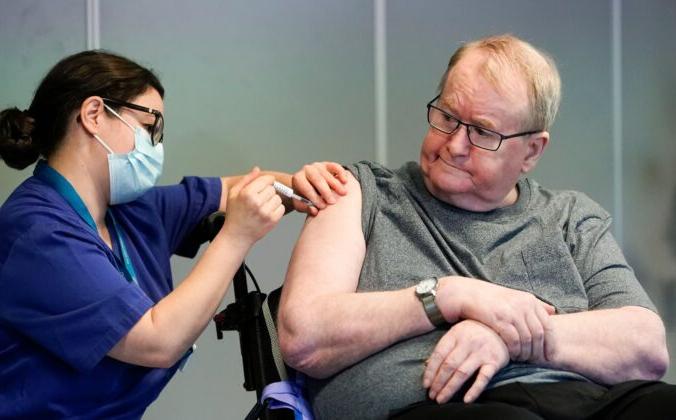 67-летний Свейн Андерсен, первый в Норвегии, кто получил вакцину Pfizer-Biontech в Осло, Норвегия, 27 декабря 2020 года. Fredrik Hagen/NTB/AFP via Getty Images | Epoch Times Россия