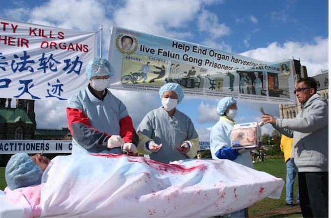 Инсценировка насильственного извлечения органов в Китае у последователей Фалуньгун. Во время митинга в Оттаве, Канада, 2008 год. Фото: Epoch Times | Epoch Times Россия