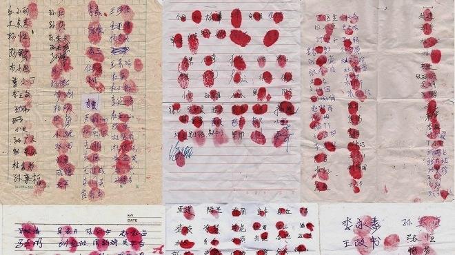 Петиция с подписями и красными отпечатками пальцев граждан Китая, призывающая прекратить насильственное извлечение органов у живых людей в Китае. Фото: NTD | Epoch Times Россия