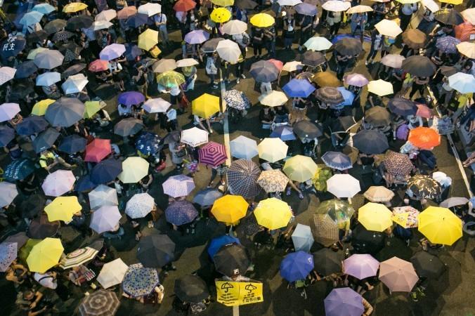 29 октября: протестующие, выступающие за демократию, провели митинг с зонтиками 28 октября, отметив месяц с начала протестов,  когда власти применили слезоточивый газ для разгона демонстрантов в Центральном районе Гонконга. Фото: Benjamin Chasteen/Epoch Times | Epoch Times Россия