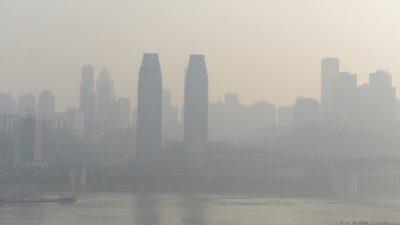Китайский чиновник назвал копчение сала причиной появления смога