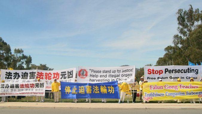 Сторонники Фалуньгун во время саммита G20 призывают мировое сообщество остановить репрессии их единомышленников в Китае. Брисбен, Австралия. Ноябрь 2014 года. Фото: minghui.org   Epoch Times Россия