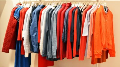 Джинсовая куртка стала причиной спора покупателей в магазине. Такначалась романтическая история