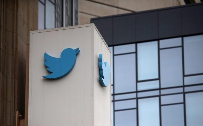 Вывеска размещена на фасаде штаб-квартиры «Твиттера» в Сан-Франциско, 26 июля 2018 года. Justin Sullivan/Getty Images   Epoch Times Россия