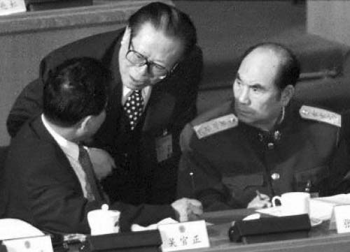 На фото справа налево: Чжан Ваньнянь, Цзян Цзэминь и бывший глава Центральной комиссии КПК по проверке дисциплины У Гуаньчжэн. Фото с epochtimes.com   Epoch Times Россия