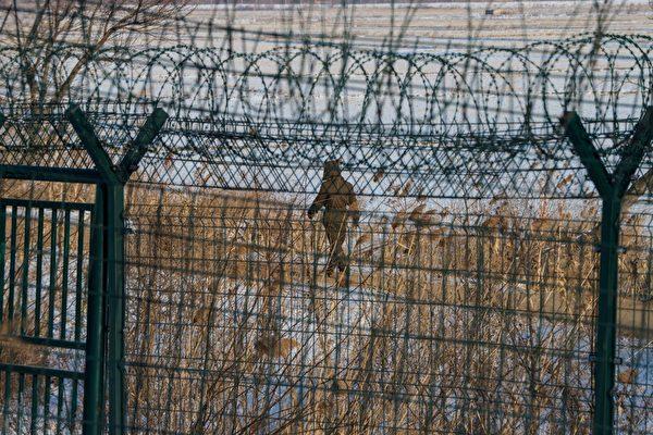 Северокорейский солдат идет вдоль пограничного забора северокорейского города Синыйджу напротив китайского пограничного города Даньдун в северо-восточной провинции Китая Ляонин, 10 января 2018 года. CHANDAN KHANNA/AFP/Getty Images   Epoch Times Россия