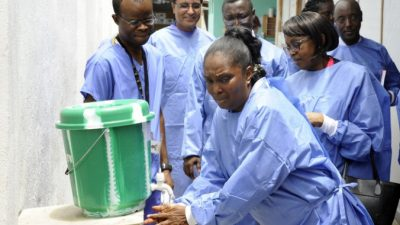 В Либерии и Нигерии из-за эпидемии Эболы закрывают больницы и церкви