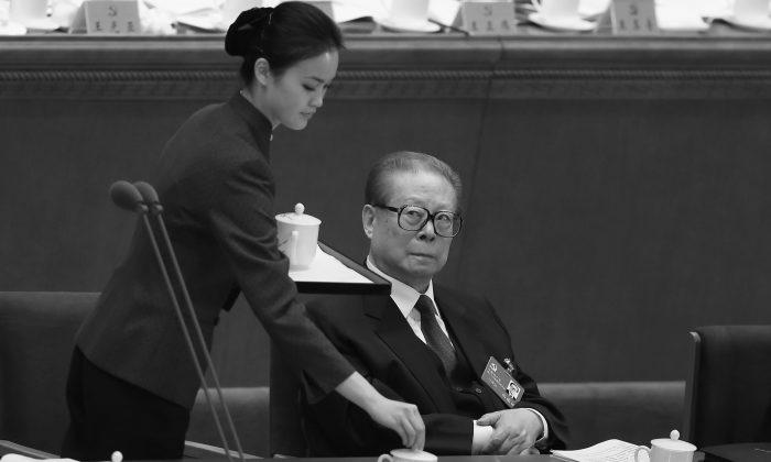 Бывший коммунистическая партия Китая Цзян Цзэминь (справа) присутствует на открытии 18-го съезда коммунистической партии, которое состоялось в Большом зале народных собраний 8 ноября 2012 года в Пекине, Китай. Слухи о Цзяне и его любовницах беспрепятственно распространяются в китайском Интернете, что противоречит обычаям. (Фэн Ли / Getty Images) | Epoch Times Россия