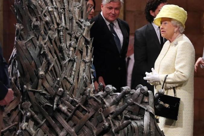 Белфаст, Северная Ирландия. Королева Елизавета II осматривает реквизит сериала Игры Престолов канала HBO. Фото: Jonathan Porter - WPA Pool/Getty Images | Epoch Times Россия