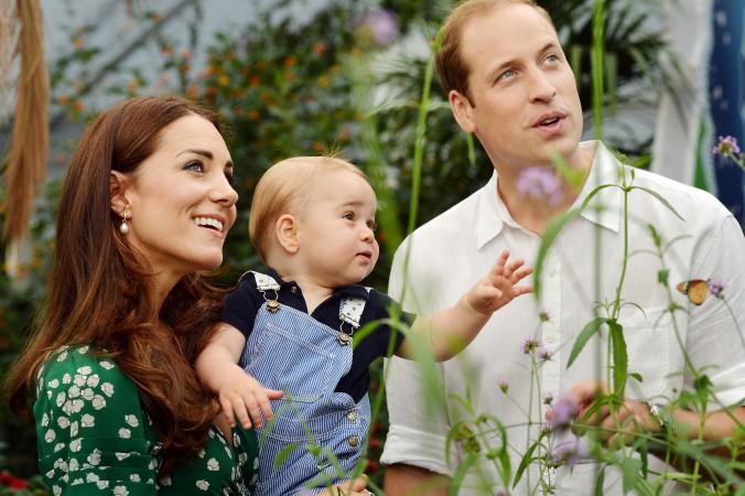 Принц Уильям и Кэтрин, герцогиня Кембриджская с принцем Джорджем.   Фото:  JOHN STILLWELL/Getty Images   Epoch Times Россия