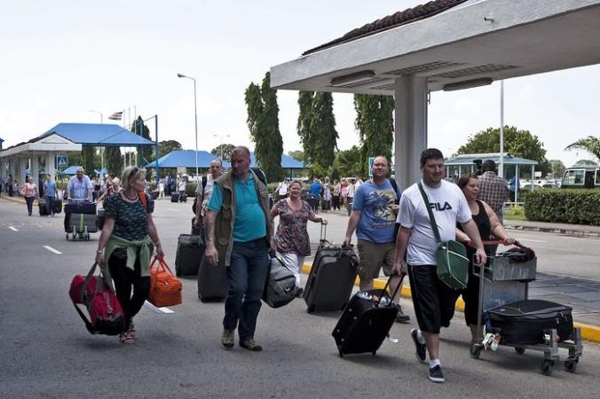 Туристы в Кении. Фото:  Ivan Lieman/AFP/Getty Images   Epoch Times Россия