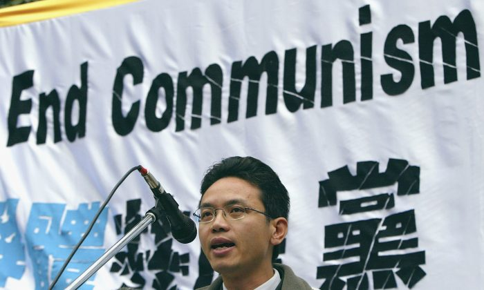 Чен Юнлинь на митинге 26 июня 2005 года в Сиднее, Австралия. Митинг был организован с требованием, чтобы перебежчики из Китая Чэнь Юнлинь и Хао Фэнцзюнь получили убежище от правительства Австралии. (Марк Колбе / Getty Images) | Epoch Times Россия