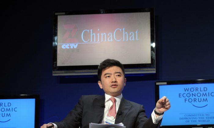 Руй Ченган, ведущий Центрального телевидения Китая (CCTV), говорит во время теледебатов CCTV, посвященных росту Китая, на Всемирном экономическом форуме 29 января 2010 года в Давосе. Руи был задержан государственной антикоррупционной организацией для расследования 11 июля 2014 г. (Eric Piermont / AFP / Getty Images)   Epoch Times Россия