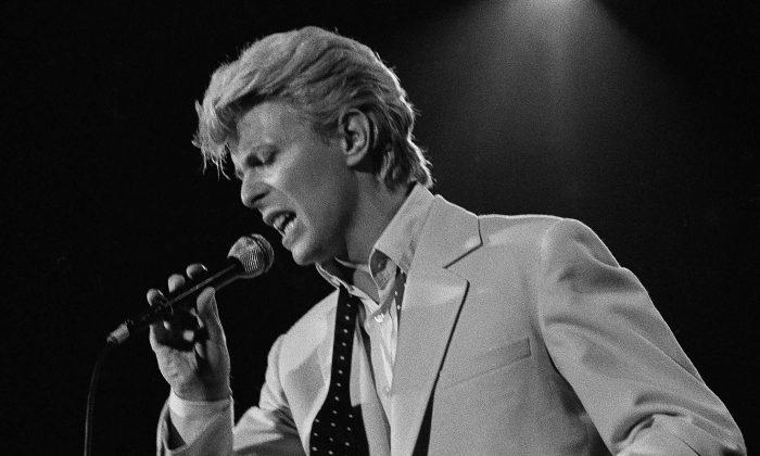 Рок-суперзвезда Дэвид Боуи, впервые за полвека  выступает на сцене американского фестиваля 31 мая 1983 года в региональном парке Глен Хелен в Деворе, Калифорния (AP Photo / stf / Lennox McLendon)   Epoch Times Россия