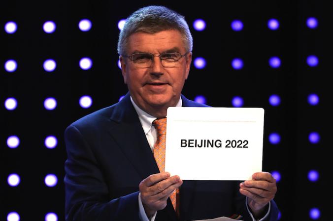 Президент МОК (Международный Олимпийский комитет) Томас Бах объявляет Пекин местом проведения зимних Олимпийских игр-2022, 31 июля 2015 года, Куала-Лумпур, Малайзия. Фото: How Foo Yeen/Getty Images | Epoch Times Россия
