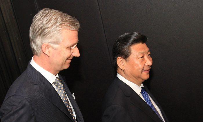 Король Бельгии Филипп (слева) и верховный лидер Китая Си Цзиньпин у концертного зала Брюгге 1 апреля 2014 года во время последнего этапа европейского турне Си Цзиньпина. (Ив Логге / AFP / Getty Images) | Epoch Times Россия
