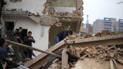 Жители китайской деревни обстреляли ракетами застройщиков, пытавшихся снести их жильё (видео)