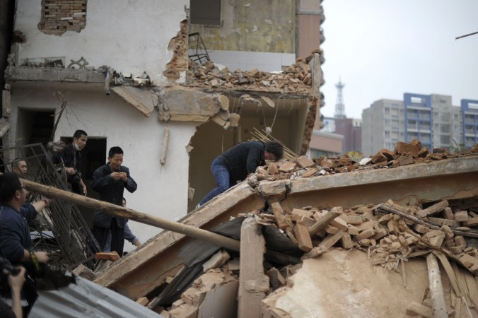 Хуан Суфан (в центре) тяжело перенесла снос своего дома, деревня Янцзи, провинция Гуандун, 21 марта 2012 года. Фото: STR/AFP/Getty Images | Epoch Times Россия