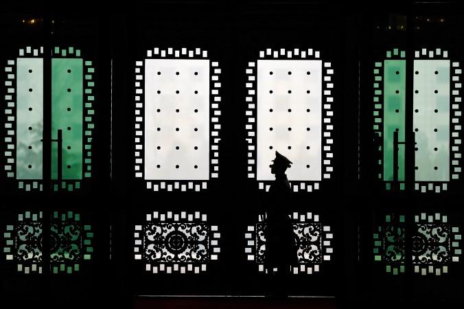Почётный караул у здания Баи в Пекине 21 февраля 2014 года. Китайские власти направляют за рубеж специальных агентов, которые запугивают китайских иммигрантов. Фото: Lintao Zhang/AFP/Getty Images | Epoch Times Россия