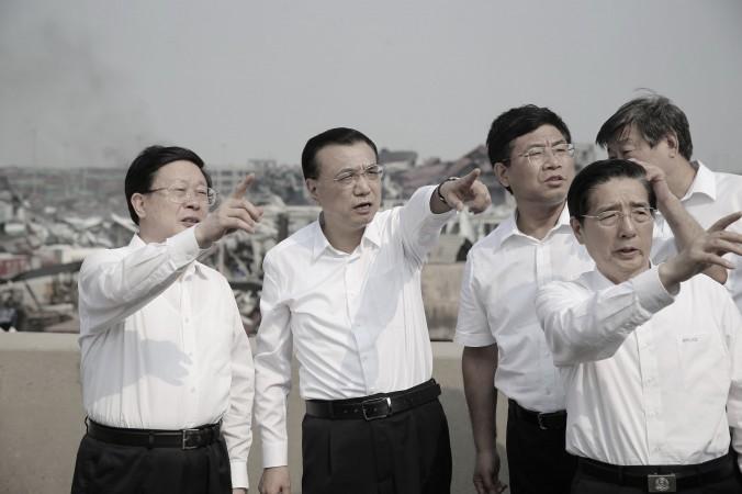 Китайский премьер Ли Кэцян (второй слева) осматривает место взрывов в Тяньцзине. Фото: STR/AFP/Getty Images   Epoch Times Россия