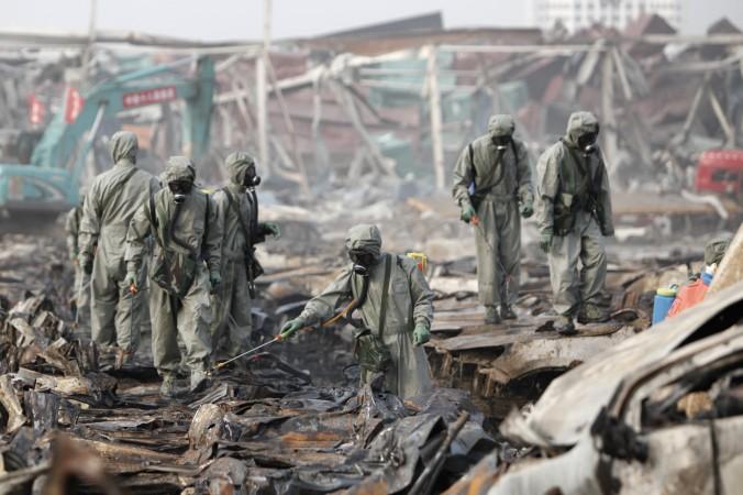 Спасатели распыляют перекись водорода на месте взрывов в Тяньцзине, 20 августа 2015 года. Фото: ChinaFotoPress/Getty Images   Epoch Times Россия