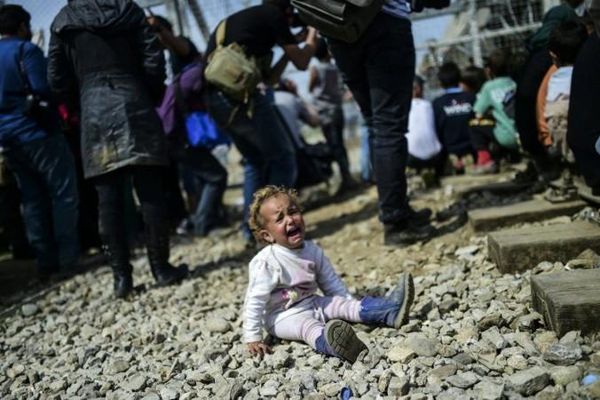Многие дети теряют своих родителей во время трудного пути. Фото: BULENT KILIC/AFP/Getty Images   Epoch Times Россия