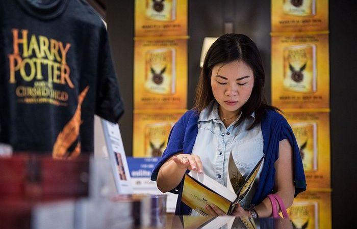 Поклонница Гарри Поттера в магазине. Фото: ANTHONY WALLACE/AFP/Getty Images | Epoch Times Россия