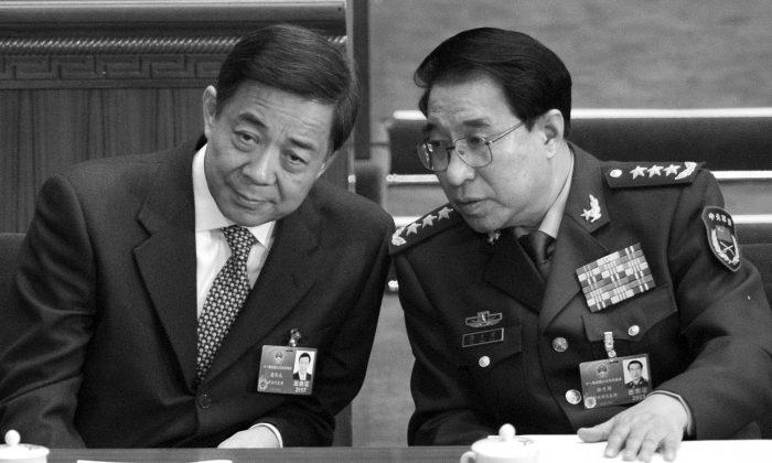 Сюй Цайхоу (справа), бывший заместитель председателя Центральной военной комиссии, разговаривает с Бо Силаем, бывшим членом Политбюро, во время открытия Всекитайского собрания народных представителей в Большом зале народных собраний в Пекине 5 марта 2012 года. недавно был очищен от коммунистической партии Китая якобы за коррупцию. (Лю Цзинь / AFP / Getty Images) | Epoch Times Россия