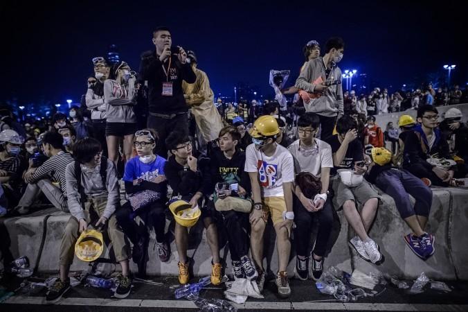 Продемократические протестующие отдыхают у здания правительства в Адмиралтейском районе Гонконга 1 декабря 2014 года. Фото: Philippe Lopez/AFP/Getty Images   Epoch Times Россия