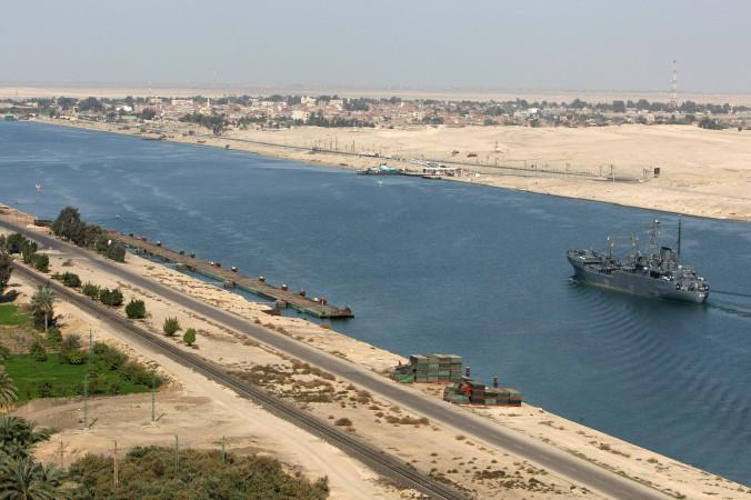Египетский сторожевой корабль проплывает в Суэцком канале в феврале 2006 года. Китай пытается создать военную базу в Джибути, которая позволила бы ему держать военные корабли поблизости от канала. Фото: Cris Bouroncle/AFP/Getty Images   Epoch Times Россия