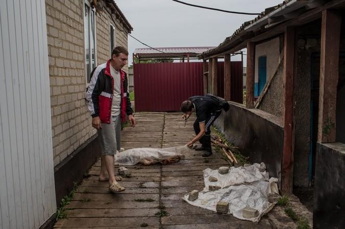 Тела погибших, упавшие в жилой сектор, Донецкая область, Украина, 17 июля, 2014 год. Фото:  Brendan Hoffman/Getty Images   Epoch Times Россия