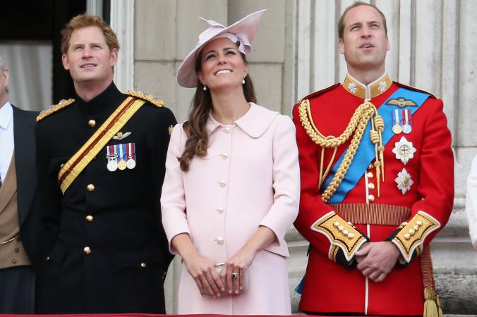 Принц Гарри, герцогиня Кембриджская и принц Уильям на балконе Букингемского дворца во время ежегодного парада 15 июня 2013 г. в честь дня рождения королевы. Фото: Chris Jackson/Getty Images   Epoch Times Россия