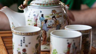 Этикет чайной церемонии ― «постукивание пальцами в благодарность»