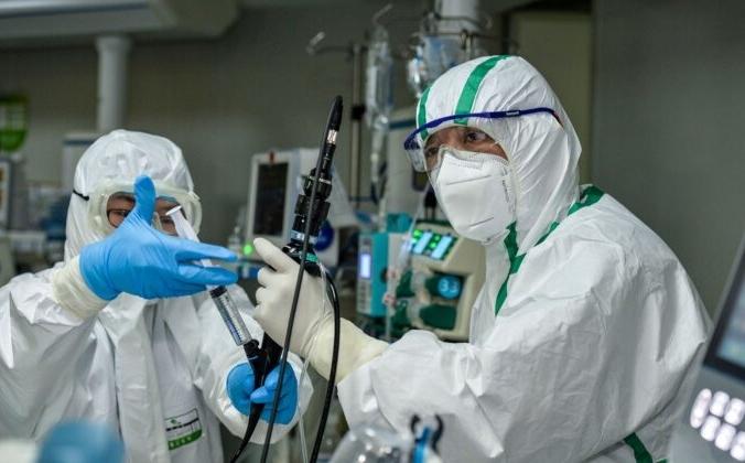 Врач лечит пациента, зараженного коронавирусом COVID-19, в больнице города Ухань в центральной китайской провинции Хубэй, 24 февраля 2020г. STR/AFP через Getty Images | Epoch Times Россия