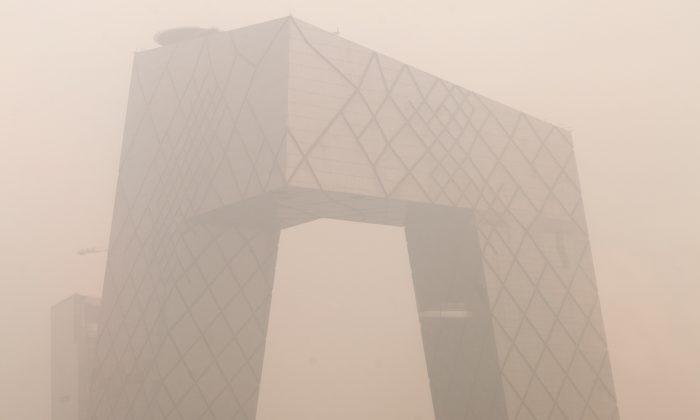 Сильное загрязнение окружает здание штаб-квартиры Центрального телевидения Китая (CCTV) в Пекине 18 января 2012 года. О новогоднем гала-концерте CCTV в следующем году не было объявлено, что привело к предположениям о том, что оно могло быть прекращено из-за скандала с телекомпанией. (Эд Джонс / AFP / Getty Images)   Epoch Times Россия