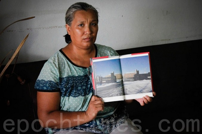Последовательница Фалуньгун Инь Липин показывает фотографию исправительного лагеря, в котором она подвергалась репрессиям. Фото: The Epoch Times   Epoch Times Россия