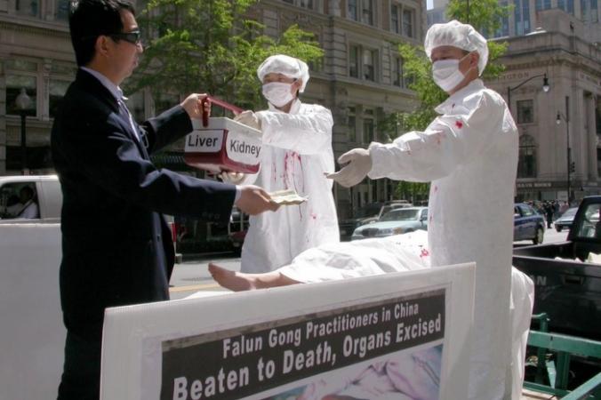 Практикующие Фалуньгун демонстрируют сцену извлечения органов у своих единомышленников в Китае/The Epoch Times | Epoch Times Россия