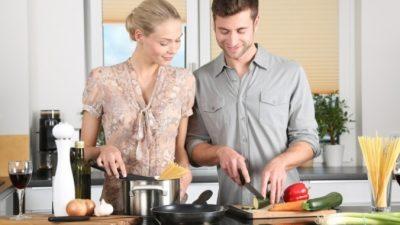 Пара предложила пенсионерам закупать для них продукты, а потом начала находить перед дверью еду!