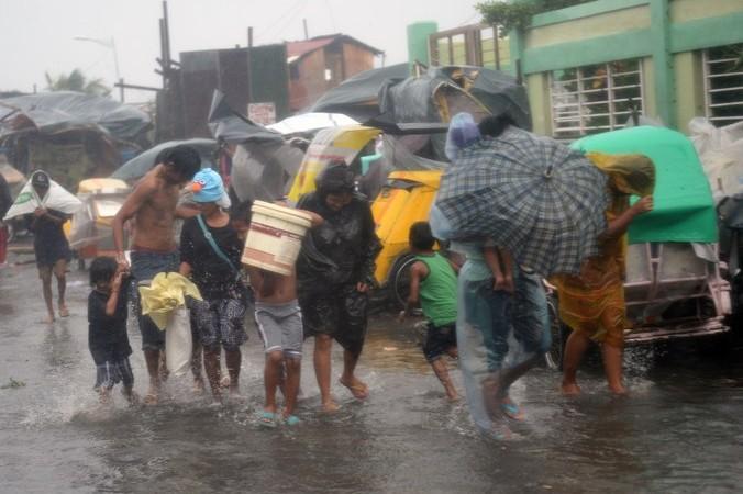Тайфун «Раммасун» в филиппинской столице Маниле, эвакуация людей, 16 июля, 2014 год. Фото: TED ALJIBE/AFP/Getty Images | Epoch Times Россия