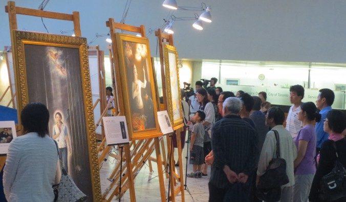 Посетители осматривают выставку «Истина-Доброта-Терпение»  в здании городской администрации Торонто Фото: Maria Matyiku/Epoch Times | Epoch Times Россия